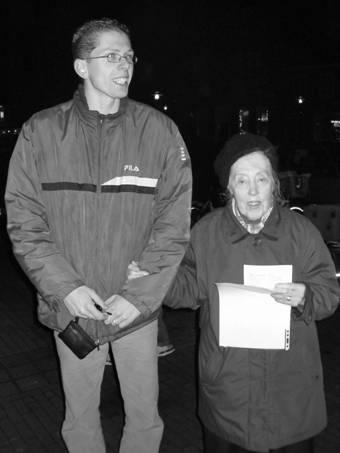 Mevrouw Brand met een jeugdige deelnemer tijdens het kerstzingen in 2005.