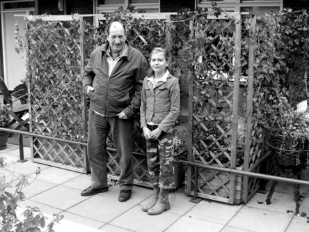 Sabrina van de Wetering samen met haar opa Barend v.d. Wetering