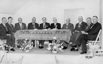 E.M.M.-bestuur in 1960 tijdens het 15-jarig bestaan van de winkeliersvereniging. V.l.n.r: de heren Pluygers, Geytenbeek, Van Engelenhoven, Overeem, Lemmerman, Pol, Golstein, Van Hoevelaken, Jonker , Werner.