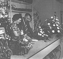 Gerard Bakker en zijn echtgenote bij de opening van de winkel in 1955.