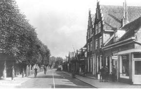 Door militairen die in 1939 in Scherpenzeel zijn gelegerd worden regelmatig kroketten en gehaktballen uit de automatiek getrokken, zoals op de foto hierboven te zien is.