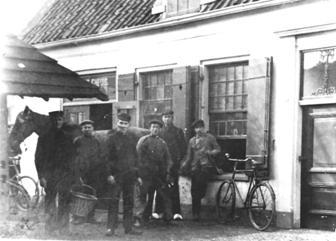 Vlnr: Jan Berendse, ?, Arie Berendse(smid), ?, Frans van Beek, Hendrik Berendse(smid) voor 'De Lindeboom', 1913.