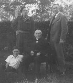 Linksboven (5) Martien, rechtsboven (4) Hendrik, linksonder Henk (zoon van Hendrik), midden Martinus (vader van Hendrik, opa van Martien), 1950.