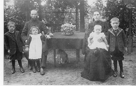 Links: Gerrit, vader Roelof en Ida; rechts: moeder Aletta, Bep en Jan.