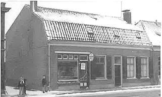 Foto uit midden jaren 50. Links staat Greet Bakker en rechts Theo.