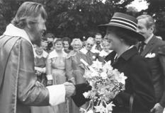 Douwe Kroodsma begroet Prinses Beatrix en Prins Claus.