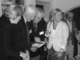 Burgemeester Colijn in het bijzijn van voorzitter Wim Schimmel en bestuurslid Jaap Smit bestuderen een net ontvangen boekje van mevrouw Meta Daniëls ( r.)
