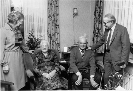 Het echtpaar De Koning – van de Lagemaat wordt gelukgewenst door burgemeestersechtpaar Heij t.g.v. hun 60-jarig huwelijk op 24 december 1980.