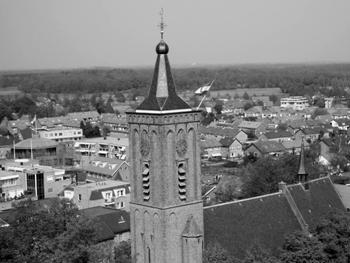 Een fraaie opname van een deel van Scherpenzeel met op de voorgrond de toren van de NH-kerk. De foto is gemaakt door Bertus van de Wetering tijdens de bevrijdingsfeesten, mei 2004.
