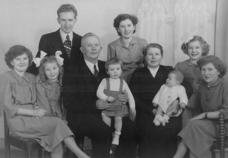Familiefoto t.g.v. het 25-jarig huwelijk in 1952 V.l.n.r.: Bep, Adri, Kees jr., Kees sr., Janny, Truus, Maaike, Martin, Riet, Mary.