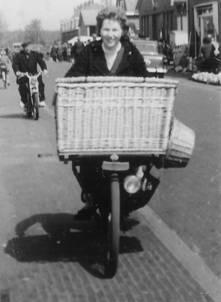Adri in de Marktstraat, 1959.