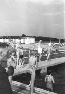 Frans Huijbers op de brug, ± 1960.