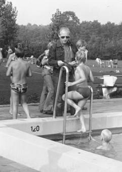 Jan Valkenburg bij de zwemvierdaagse, 1977.