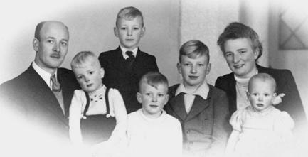 Het gezin Van den Berg-Minnen in 1946. Derde van links is Andries (staand).