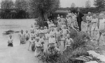 Er werd in Nederland verschillend gedacht over de zwemkunst. Op de foto uit 1918 een groep jongeren uit een inrichting voor jeugdigen in Gorssel. 's Zomers werd er verplicht dagelijks gezwommen.