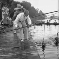 Leren zwemmen in vroeger dagen, nog ver voor de tijd van Andries van den Berg