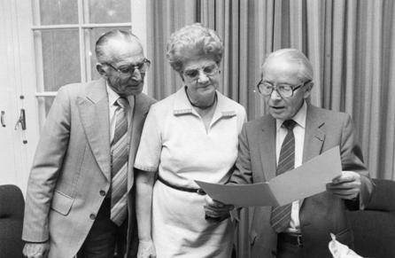Het echtpaar Huijbers neemt afscheid van het zwembad. Rechts burgemeester Heij, 1982.