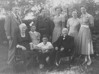 Vlnr: Hendrik Berendse, Martien, Adrie, Tineke en Jannie, onder: Adriana Berendse-Bakker, Joke, Henk en opa Martinus, 1950.