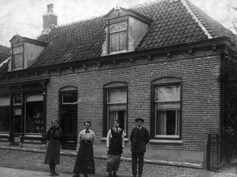 Pand aan de Holevoet  in 1917. Vlnr: Clara , Mietje, Jans en Brand Valkenburg. In dit pand begon De Molen in 1928. In de oorlog is het pand verwoest.