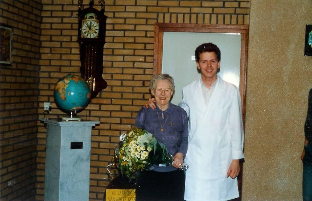 60-jarig jubileum in 1988. Clara van Snippenberg en kleinzoon Anthony