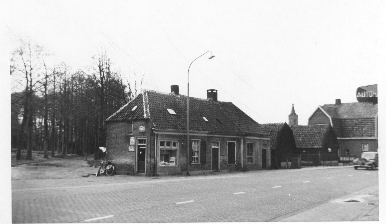Kruidenierswinkel van Van Middendorp aan het Oosteinde, waar nu Cafetaria 't Hoekje is