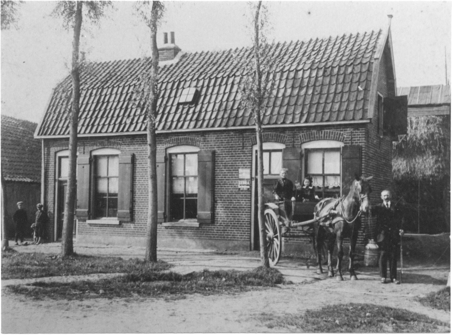 Familie Boom voor hun huis aan de Marktstraat, waar nu De Kromme Hoek is. Achter het huis was een winkeltje. Op de wagen: Mevrouw Boom met de kinderen Mina en Jan. Vader Jan Boom staat  naast het paard.