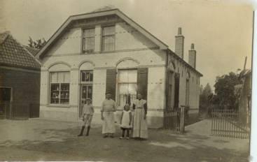 Vlnr: Samuel, Dirk, Adrie en Teuntje Stam voor de bakkerswinkel aan het Oosteinde. ± 1915.
