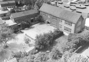 Naast de openbare school is de bakkerij van Ons Belang gevestigd. ±1980.