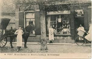 Bakker Poot met zijn personeel voor de winkel. Begin vorige eeuw.