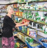 Rineke Werner voor de schappen met speelgoedtractoren in mei 2008.