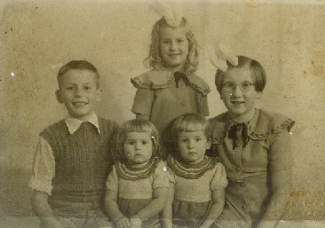 Links Mari, rechts Cobi, achter Rineke en links voor Lida en rechts voor Mathilde. 1953
