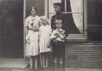 Postbode Han van de Kaa en zijn gezin.