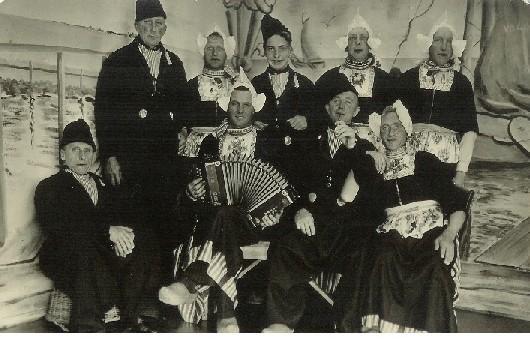 Melkhandelaren op bezoek in Volendam in 1950.