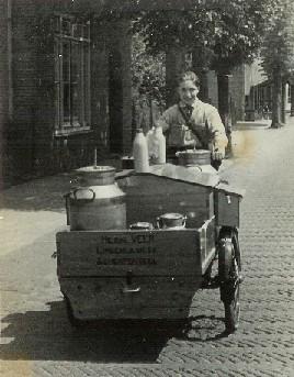 Piet Veer op de bakfiets in de Dorpsstraat in 1949.