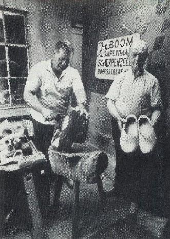 Job Boom en zijn vader Jan in de klompenmakerij, 1989