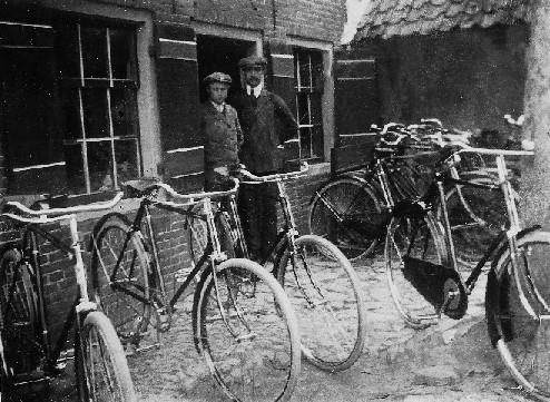 Fietsenmakers Wes Pol (links) en Jan Vlastuin, 1912