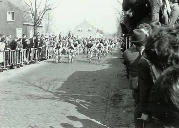 Erik Renes op de auto op weg naar een wielerwedstrijd in 1967.