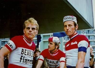 hijs en twee ploegmaats. Links Jan Janssen, rechts Joop Zoetemelk 1972