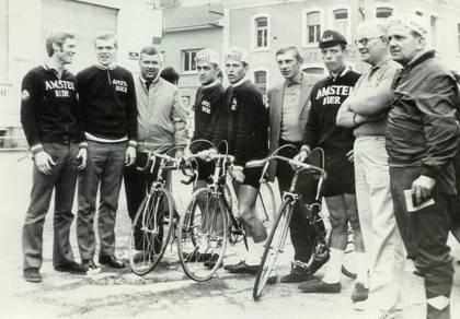 4e van links Matthijs, in het midden Joop Zoetemelk, 3e van rechts Arnold Voogt