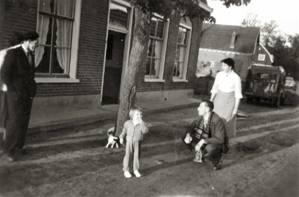 Voor de Prangbaan in 1957: Midden Coby Gaasbeek, dochter van Kiki. Rechts Barend en Kiki.