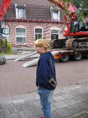 Nanda van de Wetering is aanwezig bij de sloop van haar huis.